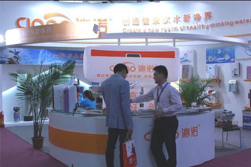 沁诺净水器品牌负责人刘经理和客户的留影